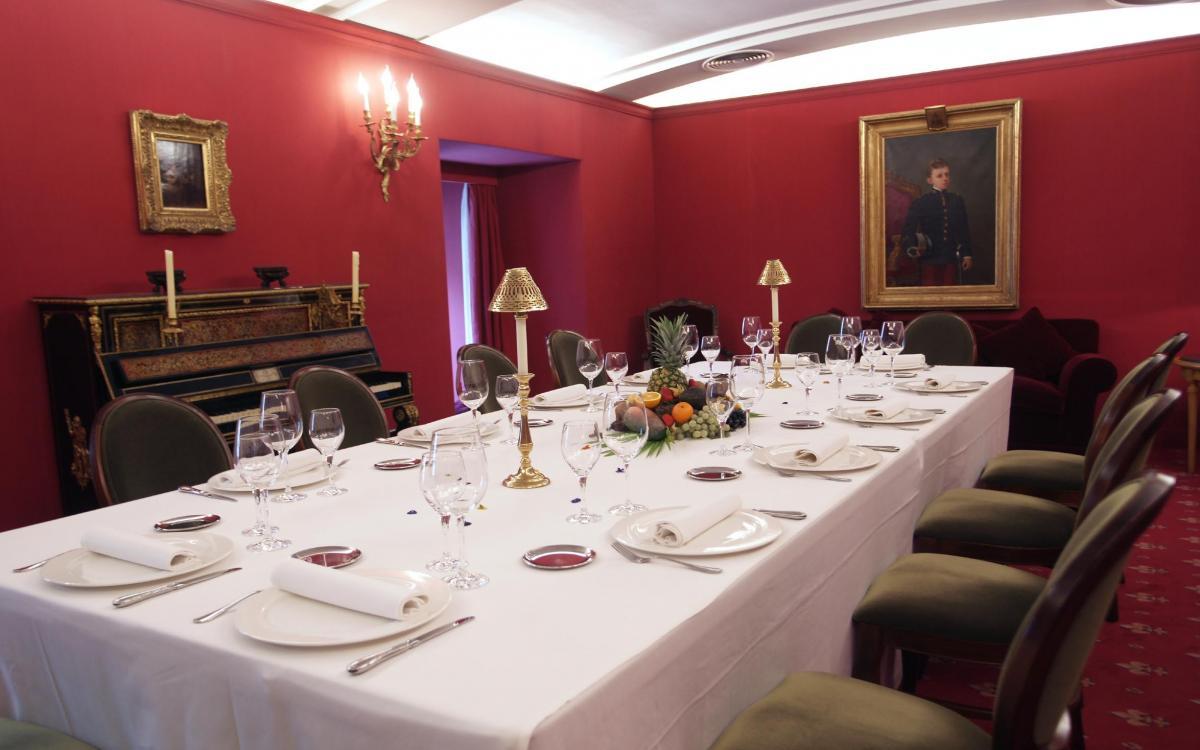 Montaje de mesa imperial para almuerzo