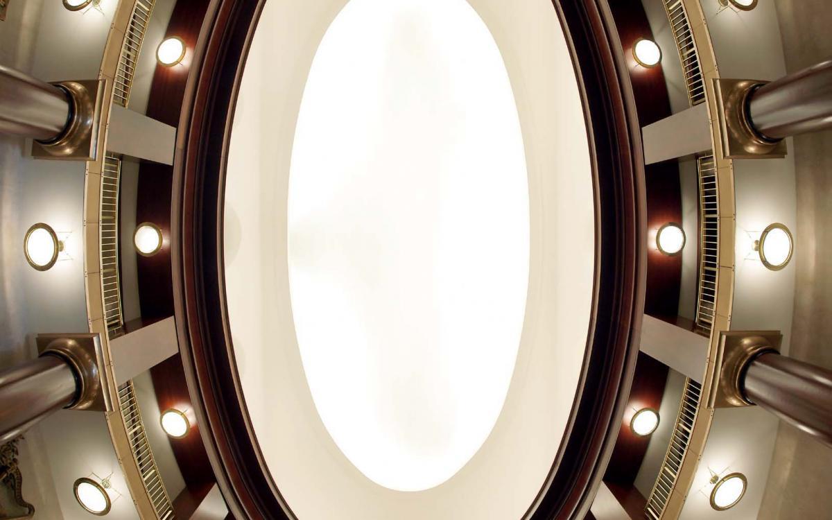 Vista de los pisos superiores y la cúpula de entradas
