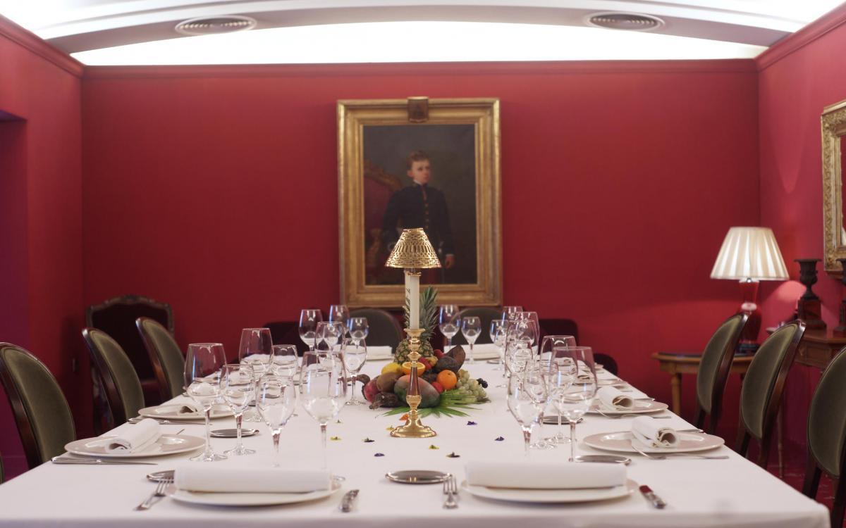 Cena para doce personas en mesa imperial