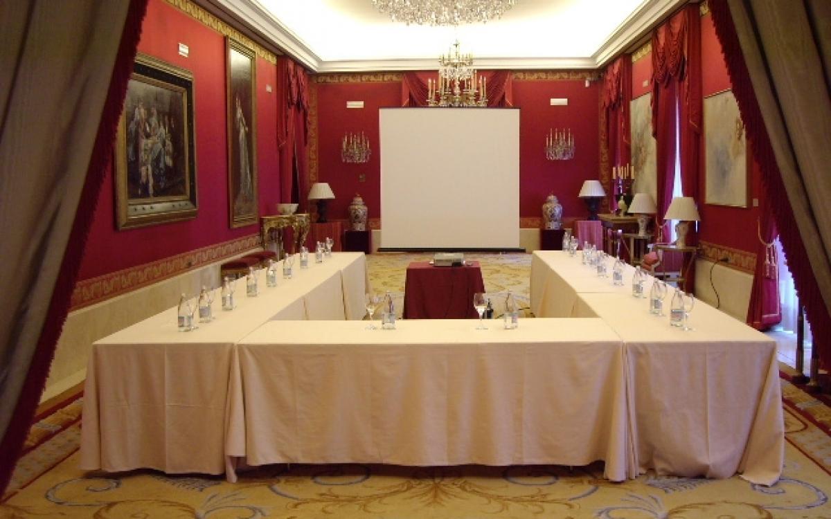 Montaje en U para reunión con presentación